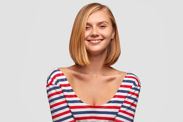 Foto van aantrekkelijke vrouw met zachte glimlach
