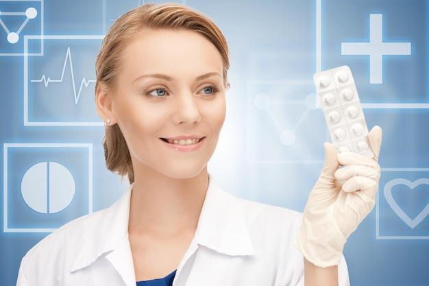 Foto van aantrekkelijke vrouwelijke arts met pillen