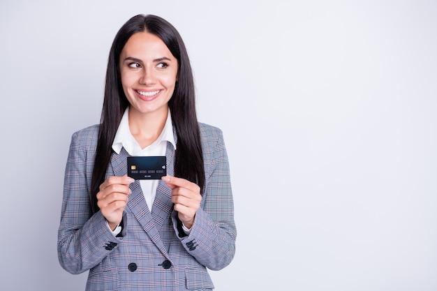 Foto van aantrekkelijke zakelijke dame goed humeur plastic debet creditcard advies nieuwe online overdracht retail systeem service kijk geïnteresseerd lege ruimte formalwear geïsoleerde grijze kleur achtergrond