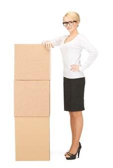 Foto van aantrekkelijke zakenvrouw met grote dozen