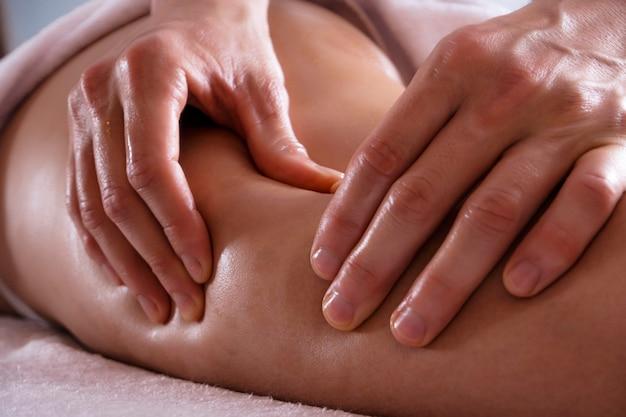 Foto van anti-cellulitis massage. massage van de dijen en billen.