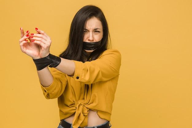 Foto van arme vrouwelijke slachtoffer met haar vastgebonden mond