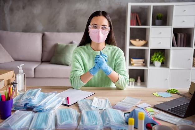 Foto van aziatische dame werk familiebedrijf bestellingen organiseren gezichtsgriep koude maskers wereldwijd verspreid duizenden tevreden klanten die pakketten voorbereiden voor het leveren van thuiskantoor quarantaine binnenshuis