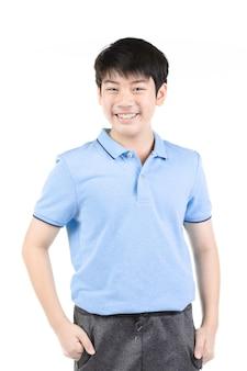 Foto van aziatische jonge gelukkige jongen die camera bekijkt