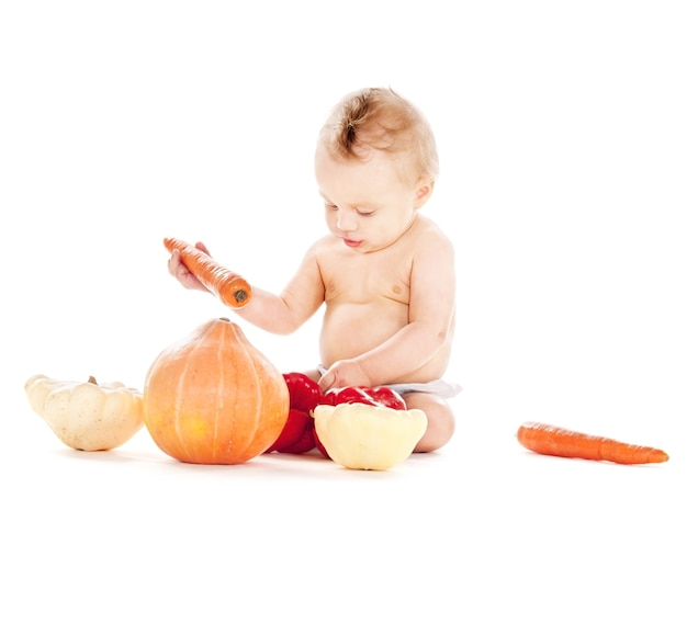 Foto van babyjongen in luier met groenten