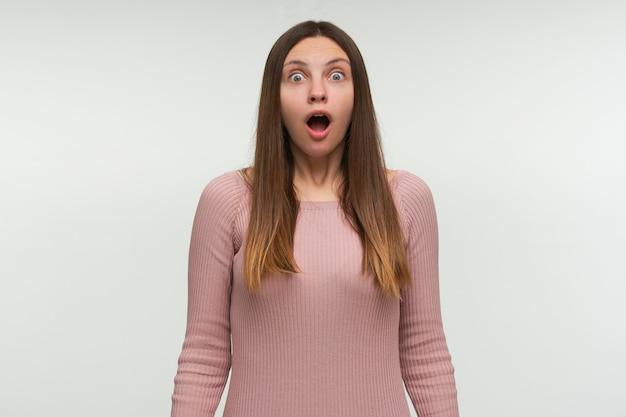 Foto van bange jonge vrouw beseft dat ze zich verslapen heeft aan haar werk, bang voor straf van de baas