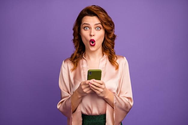 Foto van behoorlijk gekke sprakeloze dame houdt telefoon open mond