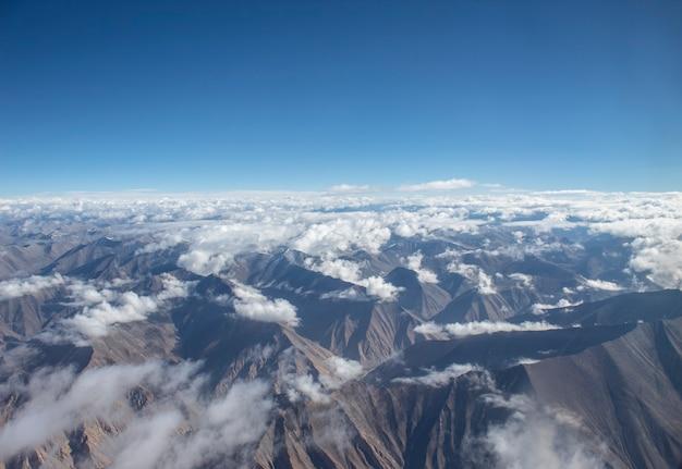 Foto van bergen met bewolkte lucht