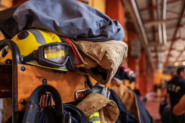 Foto van beschermend pak en helmen in brandweer.
