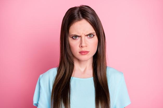 Foto van boze dame geïrriteerde ex-vriend vindt nieuwe vriendin en draagt een casual blauw t-shirt geïsoleerd roze pastelkleurige achtergrond