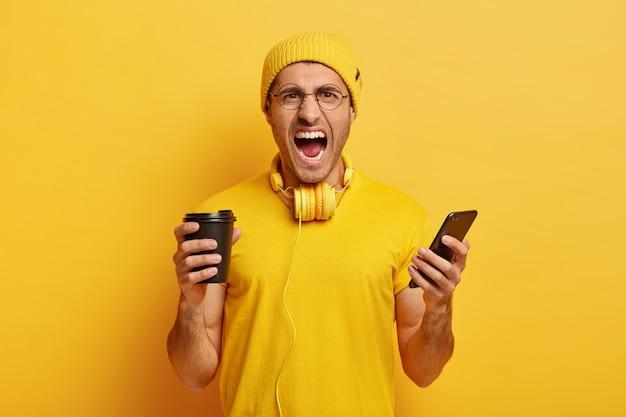 Foto van boze verontwaardigde student gekleed in gele outfit