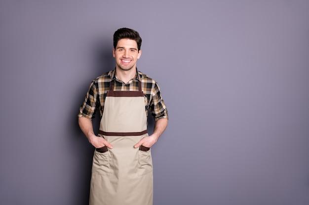 Foto van bruinharige vrolijke positieve stralende aantrekkelijke man hand in hand in zak geïsoleerde grijze kleur muur