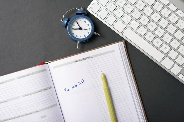 Foto van bureau met te doen lijst geschreven in agenda
