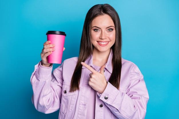 Foto van charmante dame houdt warme afhaalmaaltijden roze mok leuke koffieshop