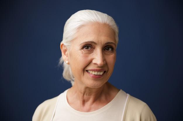 Foto van charmante glimlachende oude vrouw