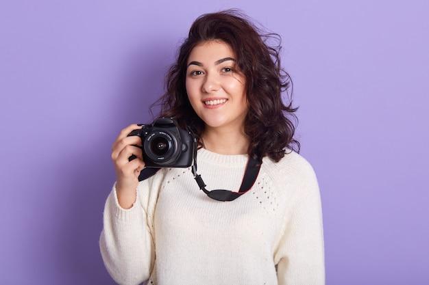Foto van charmante magnetische jonge vrouw met krullend zwart haar