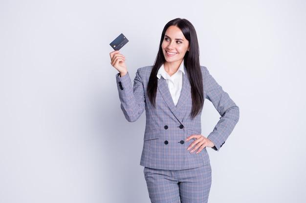 Foto van charmante zelfverzekerde professionele bankierdame demonstreert nieuwe plastic debet-creditcard die online overschrijving retail draadloze veilige betaling formalwear geïsoleerde grijze kleur achtergrond adviseert