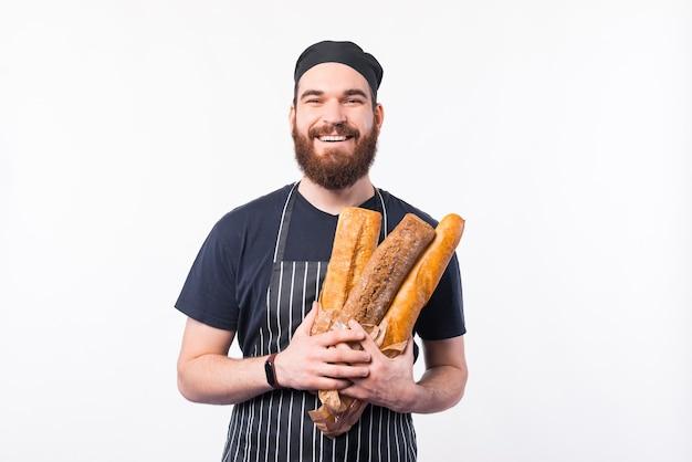 Foto van chef-kok man met baard met vers gebakken brood