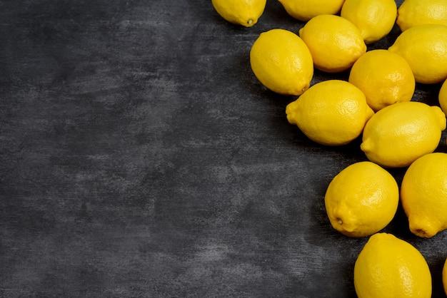 Foto van citroenen op grijze ondergrond