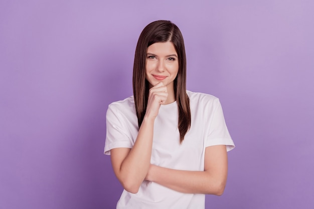 Foto van dame denk vinger kin geïsoleerde paarse achtergrond