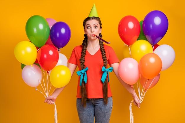 Foto van dame houdt veel lucht ballonnen handen verjaardagsfeestje klap noisemaker