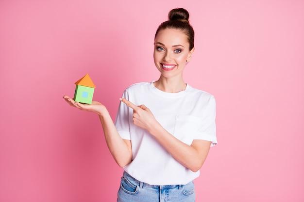 Foto van dame met open hand klein papieren huis directe vinger lage prijs