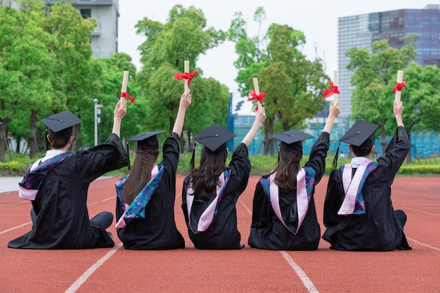 Foto van de achterkant van de graduatietoga van studenten