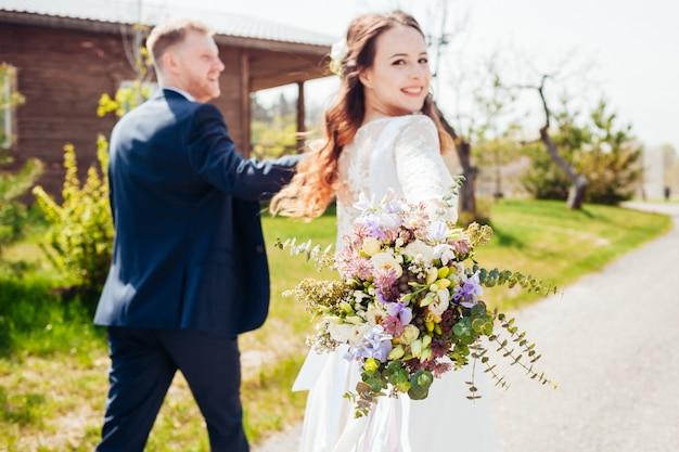 Foto van de bruid en bruidegom op de huwelijksdag