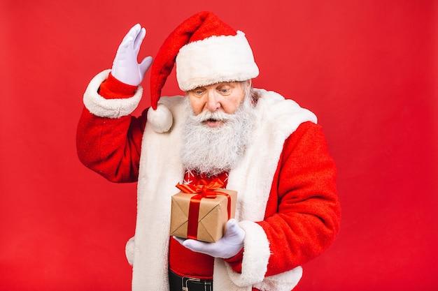 Foto van de gelukkige kerstman met huidige geschenkdozen