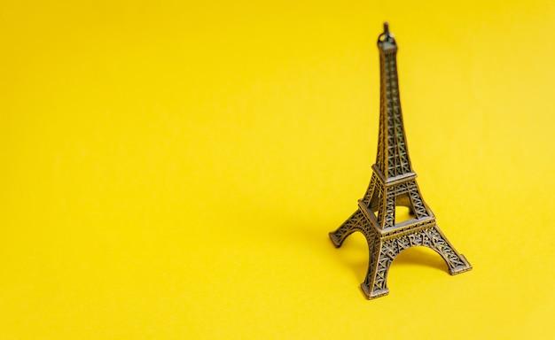 Foto van de gevormde herinnering van de eiffeltoren op het prachtige geel