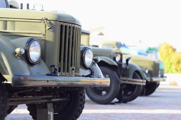 Foto van de hutten van drie militaire off-road voertuigen uit de tijd van de sovjet-unie.