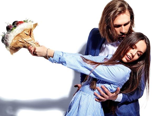 Foto van de knappe elegante man in pak met mooie vrouw in kleurrijke jurk