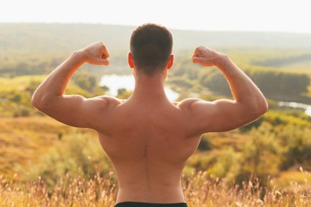 Foto van de rug van een man met sterke spieren.