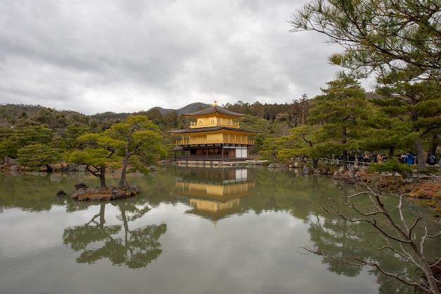 Foto van de tempel van het gouden paviljoen van kyoto