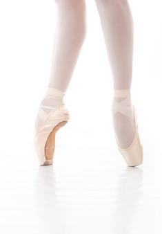 Foto van de voeten van de mooie ballerina tijdens balletdans