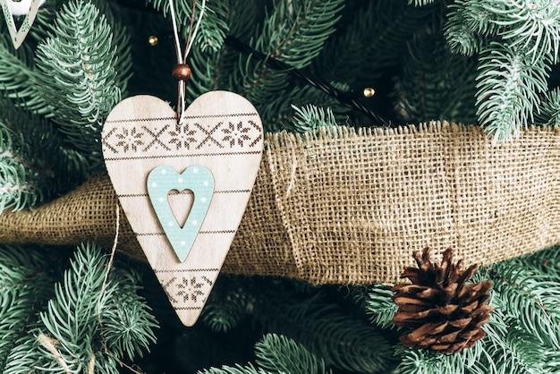 Foto van decoratie op een kerstboom in het nieuwe jaar interieur
