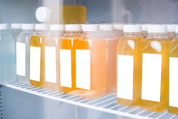 Foto van detox vers sinaasappelsap in koelkast