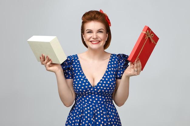 Foto van dolgelukkig opgewonden jonge europese vrouw gekleed in vintage outfit glimlachend gelukkig, echte ware emoties tonen, doos met cadeau vasthouden, langverwachte gadget op verjaardag ontvangen