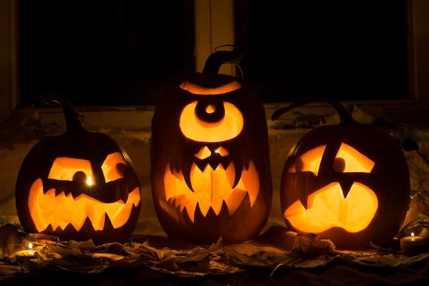 Foto van drie pompoenen voor halloween.