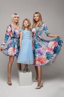 Foto van drie vrouwelijke poseren voor de camera in de studio, het gezin heeft veel plezier samen
