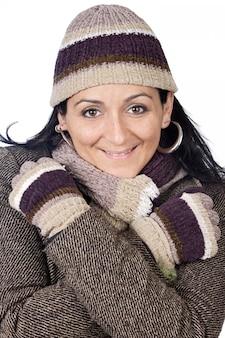 Foto van een aantrekkelijke dame beschut voor de winter