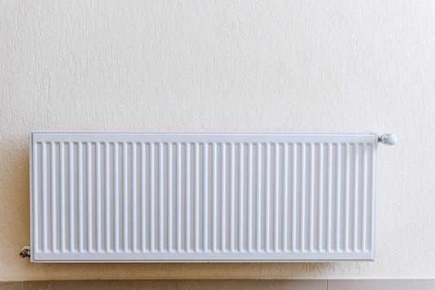 Foto van een aluminium kamer radiator, modern appartement