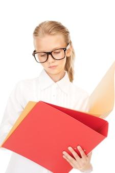 Foto van een basisschoolleerling met mappen