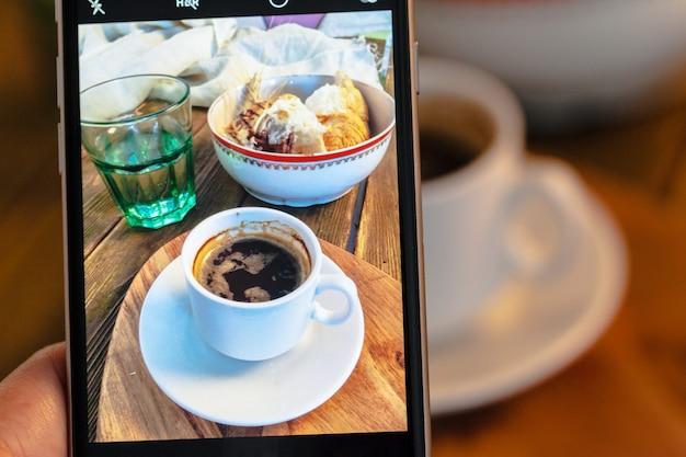 Foto van een croissants en koffie voor het ontbijt