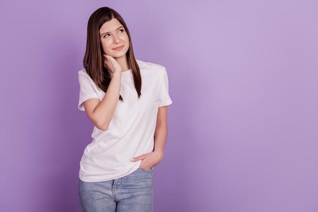 Foto van een dame die lege ruimte kijkt, denk aan vinger kin geïsoleerde paarse achtergrond