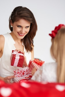 Foto van een dankbare moeder met cadeautjes