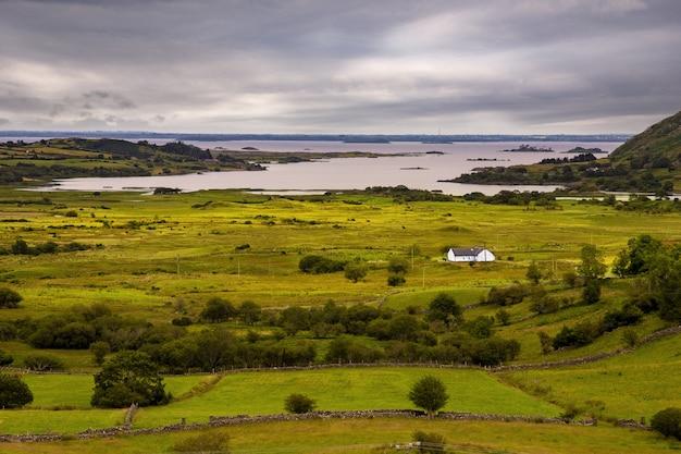 Foto van een eenzame wonende op clare island, county mayo, ierland