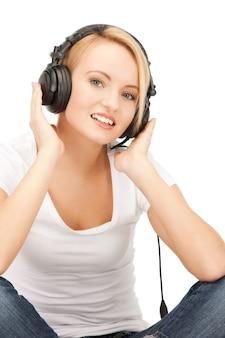 Foto van een gelukkig tienermeisje in een grote koptelefoon