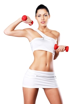 Foto van een gezonde opleiding jonge vrouw met halters. gezond levensstijlconcept.