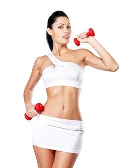 Foto van een gezonde opleiding jonge vrouw met halters.